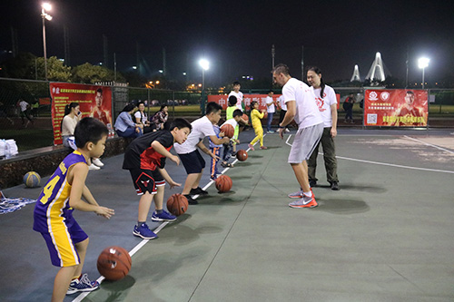 """""""体彩杯""""篮球训练营公益培训走进校园"""